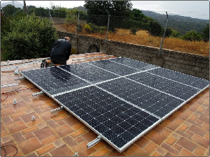 Instalación solar de auto consumo en vivienda habitual con inyección a red y compensación en factura.