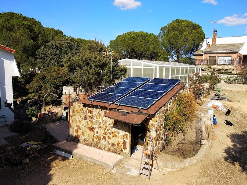 Instalación fotovoltaica aislada de la red para riego y fuentes decorativas.